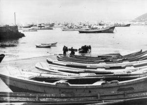 A Rambleta e , ao fondo, a flota de Muxía a finais dos 70 ou principios dos 80. Fotografía de Rivadulla Porta